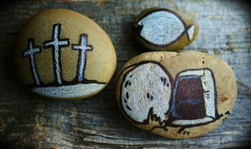 Steine, bemalt mit Motiven Karwoche und Ostern