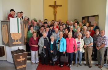 Gruppenbild in der evangelischen Dreieinigkeitskirche Berndorf